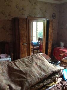 Une chambre encombrée, qui mérite un débarras